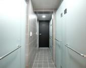 4인실 도미토리 공동샤워장 및 화장실